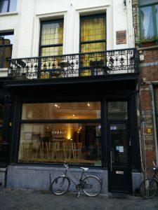 puerta-min Un café y un libro, con Alice Nahon - puerta min 225x300 - Un café y un libro, con Alice Nahon