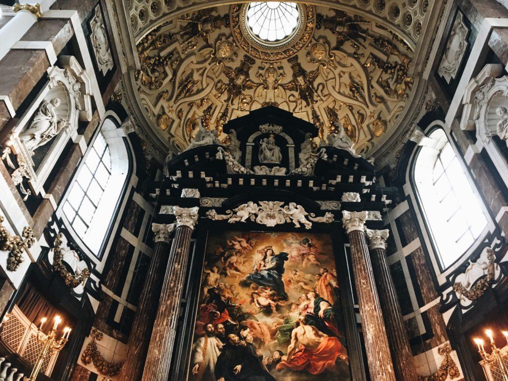 Un espectáculo único   El cambio de cuadros en la iglesia de San Carlos Borromeo