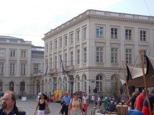 Fachadadelmuseomagritte museo magritte, una visita a un gran pintor belga - DSCN6560 300x225 - Museo Magritte, una visita a un gran pintor belga