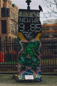 muro de berlin-1 Un trocito del muro de Berlín en Bruselas. - muro de berlin 1 1 200x300 - Un trocito del muro de Berlín en Bruselas.