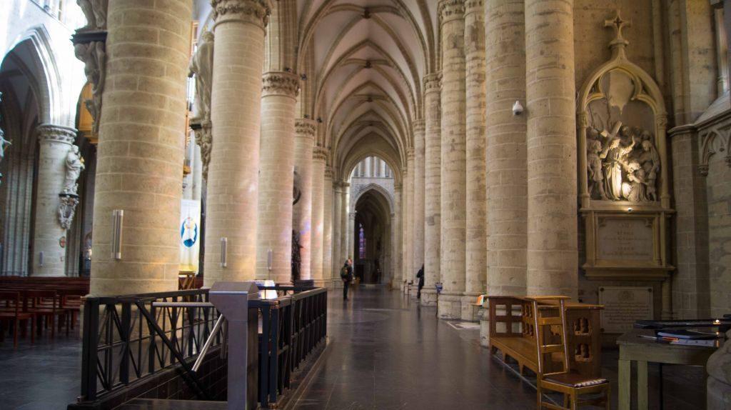 catedral-7 Conociendo un poco más a la catedral de San Miguel y Santa Gúdula de Bruselas. - catedral 7 1024x574 - Conociendo un poco más a la catedral de San Miguel y Santa Gúdula de Bruselas.