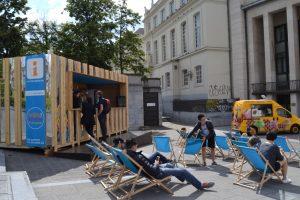 Un improvisada oficina de turismo con tumbonas incluidas en el Mont des Arts