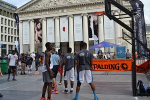Pistas de baloncesto improvisadas delante del Teatro de la Monnai