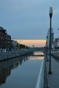 El canal de Bruselas al atardecer 8 tips para planear tu viaje a Flandes - DSC 0086 200x300 - 8 tips para planear tu viaje a Flandes