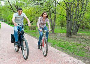 bicicletas-jovenes-felices-del-montar-caballo-de-los-pares-19838511 Bruselas sobre dos ruedas - bicicletas jovenes felices del montar caballo de los pares 19838511 300x213 - Bruselas sobre dos ruedas