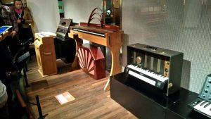 Vibra con la música de todo el mundo en el Museo de Instrumentos Musicales - Teclados y ondes martenot 300x169 - Vibra con la música de todo el mundo en el Museo de Instrumentos Musicales