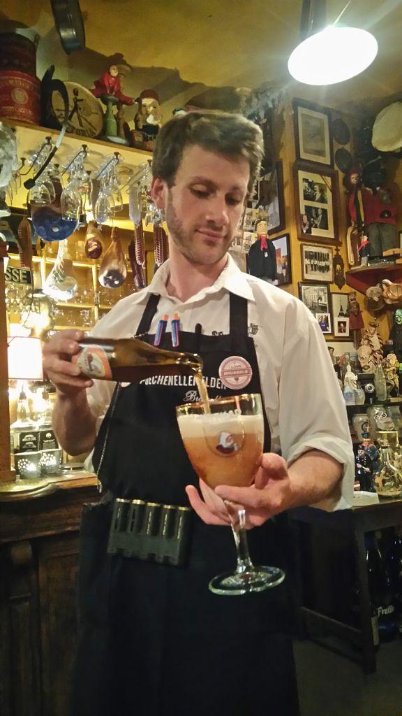 cervezas y marionetas en poechenellekelder - Camarero de Poechenellekelder - Cervezas y marionetas en Poechenellekelder