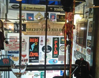 Cervezas y marionetas en Poechenellekelder