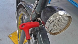 Las averías más habituales son hinchar las ruedas, reparar ruedas pinchadas o, como en este caso, reparar la luz