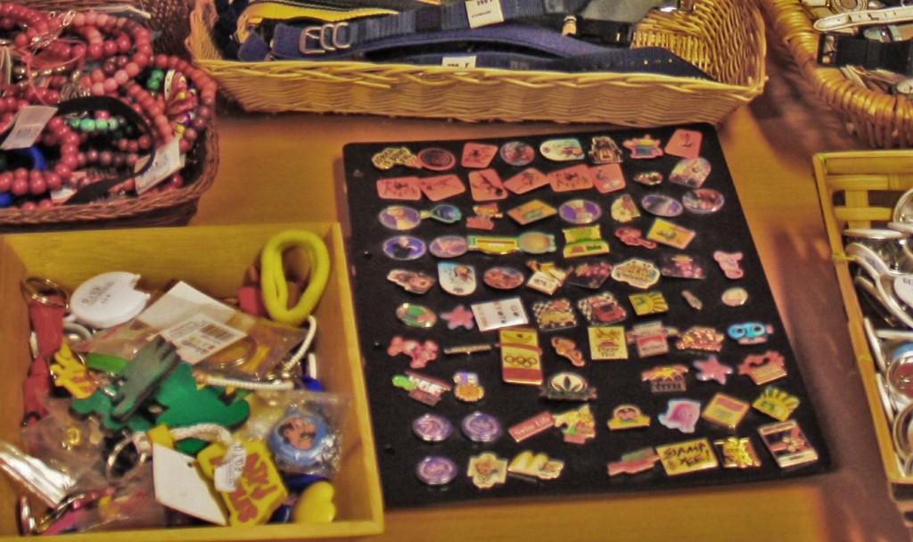 A veces en las tiendas de segunda mano encuentras cosas de lo más bizarras. Por ejemplo, un pin de Barcelona '92 (1€)
