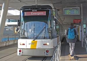 Tranvía dirección al centro desde la parada de Sint-Pieters