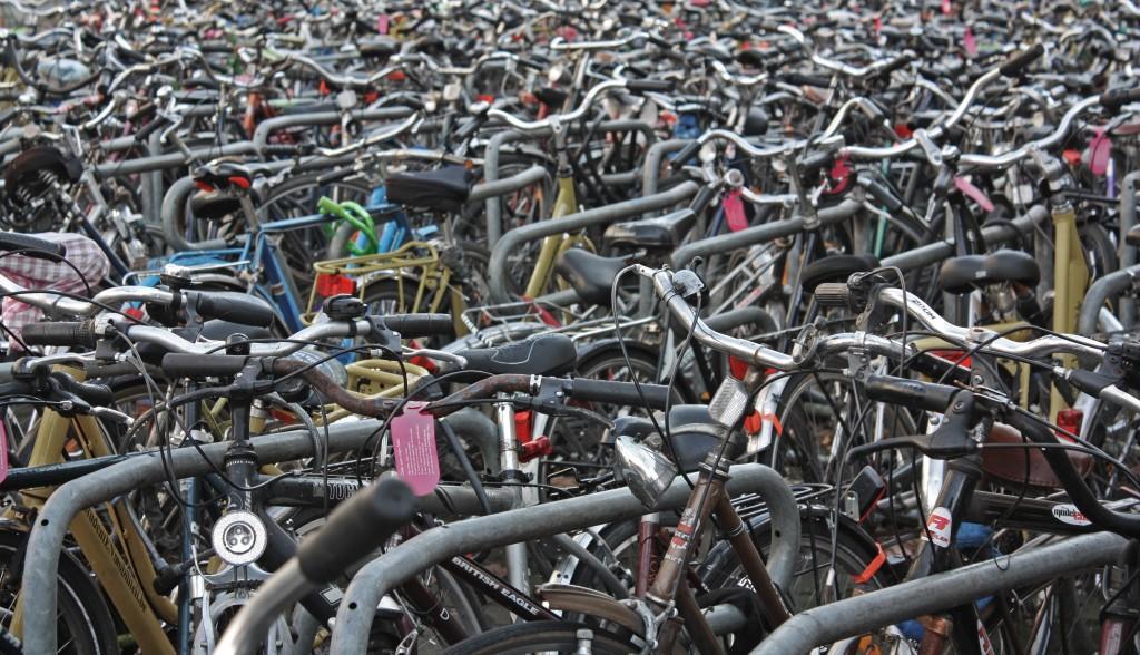 Avenidas llenas de bicicletas en las que, a menudo, es difícil encontrar la tuya. Una estampa habitual en Gante. Esta foto es de Koningin Astridlaan (cerca de la estación de Sint-Pieters)