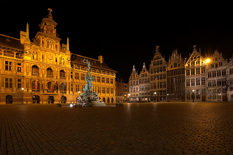 100328_antwerp_belgium_grote_markt_town_square_city_hall_brabo_fountain_night_travel_photography