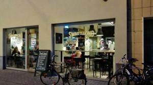 SUARTEHOND 2 Un café en Parijstraat - SUARTEHOND 2 300x168 - Un café en Parijstraat