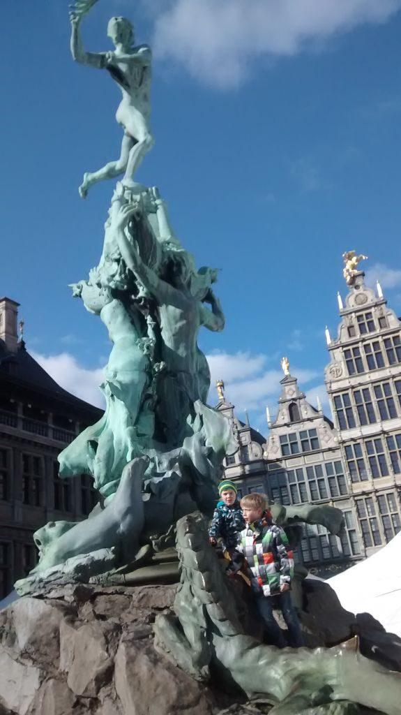 IMG_20150404_164715340 recuerdos españoles en flandes (ii): amberes y sus escudos - IMG 20150404 164715340 575x1024 - Recuerdos Españoles en Flandes (II): Amberes y sus escudos