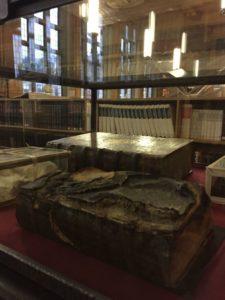 """- libros destruidos guerra 225x300 - Biblioteca de Lovaina, la """"Universiteitsbibliotheek"""""""
