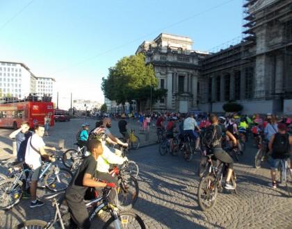 Gente disfrutando de un paseo en bicicleta. T-Man Roller-Bike Parade, o como patinar por la noche en las ciudades de Bélgica - DSCN5849 420x330 - T-Man Roller-Bike Parade, o como patinar por la noche en las ciudades de Bélgica
