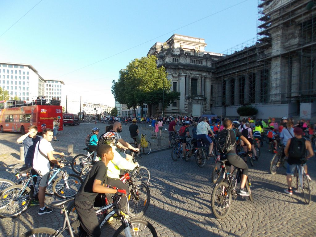 Gente disfrutando de un paseo en bicicleta. T-Man Roller-Bike Parade, o como patinar por la noche en las ciudades de Bélgica - DSCN5849 - T-Man Roller-Bike Parade, o como patinar por la noche en las ciudades de Bélgica