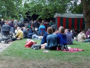 Gente en el cesped disfrutando del festival Jazz en los bosques de Bruselas: Brossella Folk & Jazz Festival - RSCN5967 300x225 - Jazz en los bosques de Bruselas: Brossella Folk & Jazz Festival