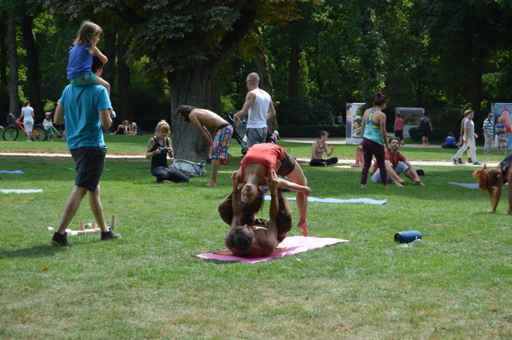 Una pareja practica acroyoga en el Parc del Cinquentenaire