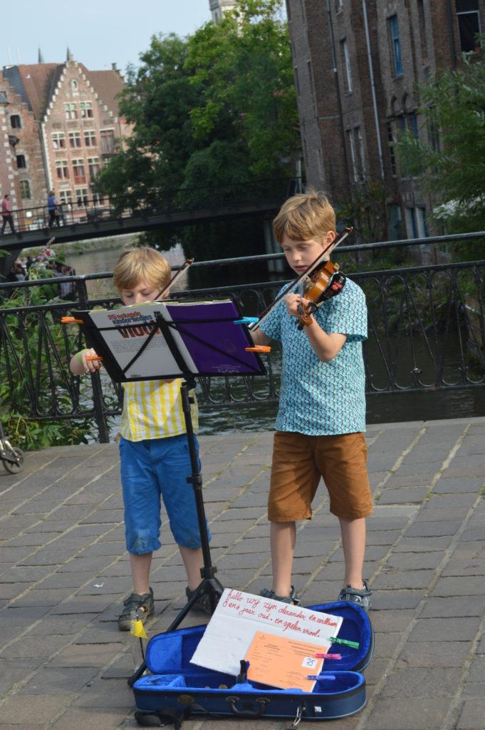 Niños tocando el violín en la calle. ¡no te pierdas las fiestas de gante (gentsefeesten)! - DSC 1126 681x1024 - ¡No te pierdas las Fiestas de Gante (Gentsefeesten)!