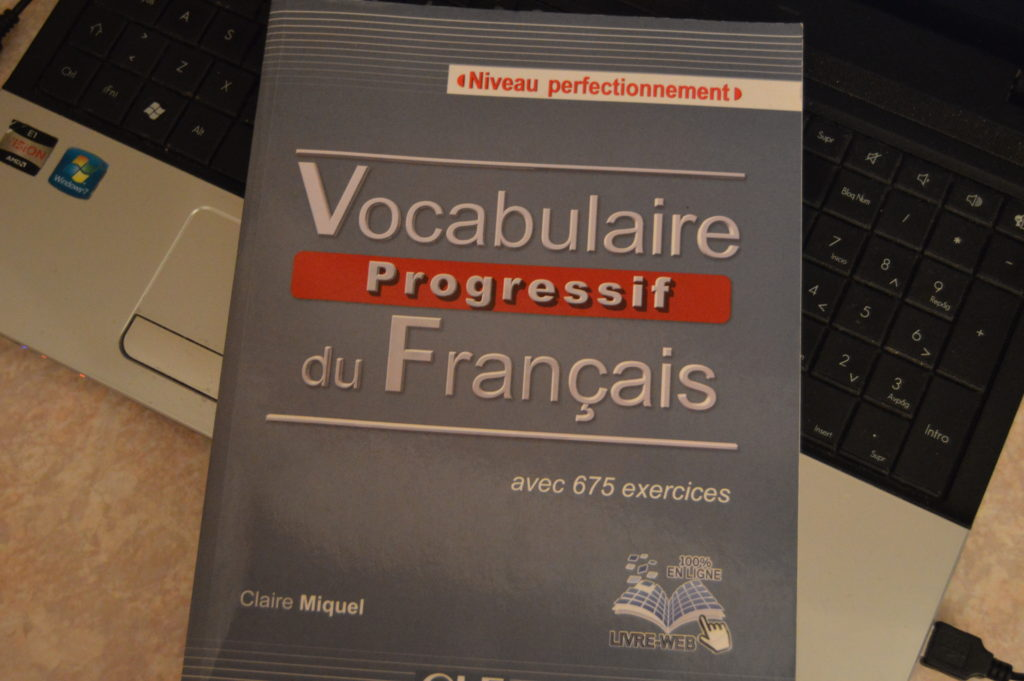 Libro sobre vocabulario progresivo de francés