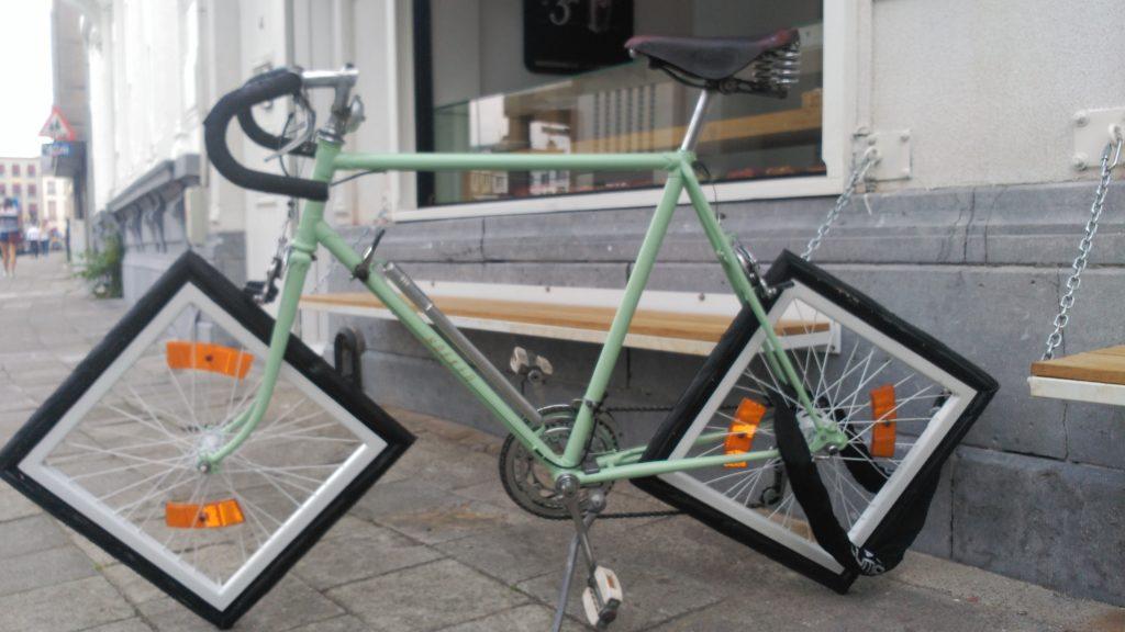 Bicicleta con ruedas cuadriculadas