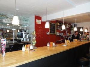 Ruta temática: Bares de ambiente en Gante - cafeteria barra 300x224 - Ruta temática: Bares de ambiente en Gante